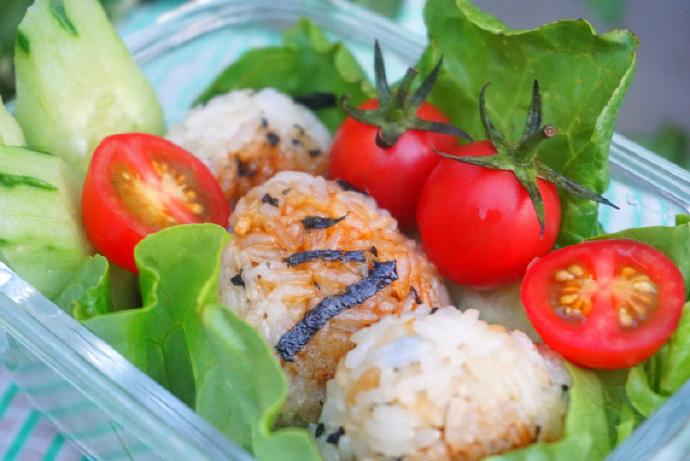 Thử làm cơm nắm rong biển sốt đậu nành kiểu Nhật vừa đẹp vừa ngon miệng - Ảnh 11.
