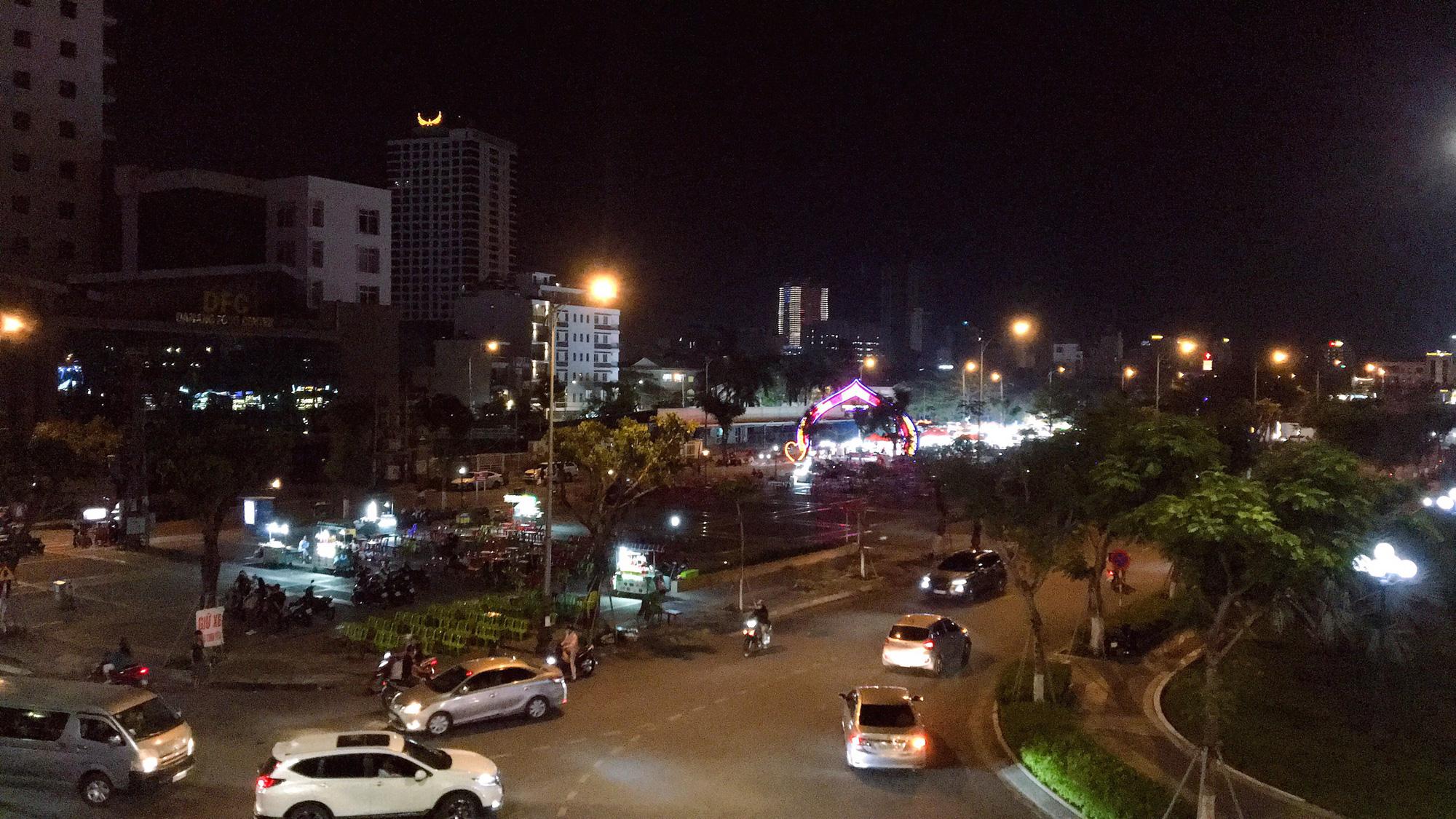 Đà Nẵng: Chợ đêm Sơn Trà – sản phẩm du lịch mới về đêm, thu hút hàng nghìn lượt khách/ngày đến tham quan mua sắm - Ảnh 2.
