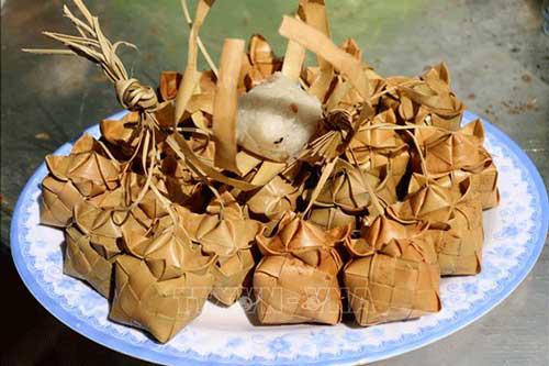 Thứ bánh được gói bằng lá thốt nốt thoạt nhìn giống trái lựu độc nhất vô nhị chỉ có ở An Giang - Ảnh 1.