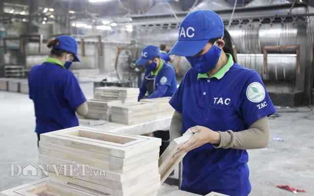 Công nhân sản xuất đồ gỗ nội thất tại công ty Chế biến gỗ Thuận An, Bình Dương