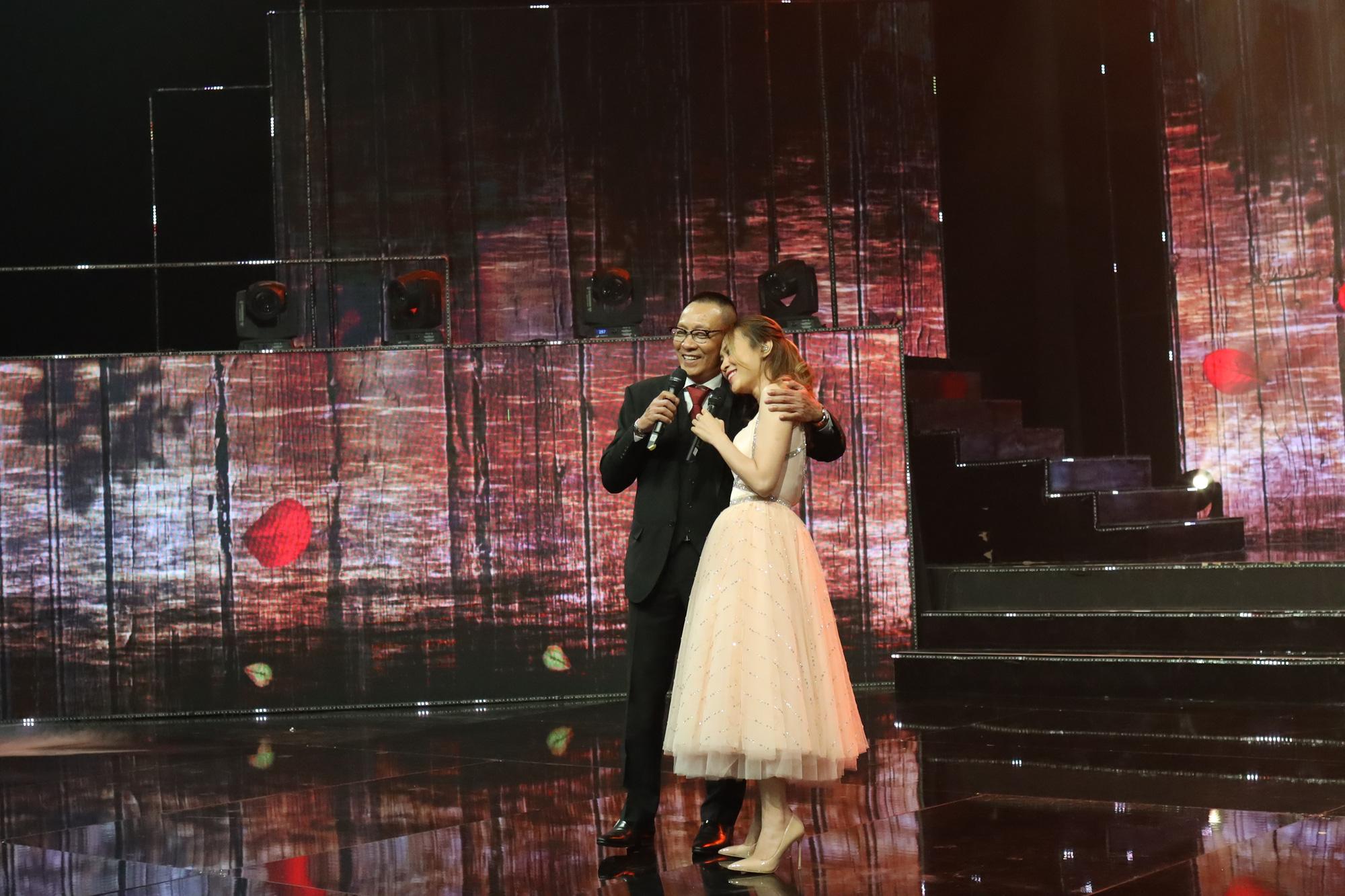 MC Lại Văn Sâm song ca cùng nữ ca sĩ Mỹ Tâm.