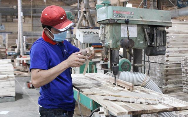 Công nhân sản xuất đồ gỗ ở công ty chế biến gỗ Thuận An, Bình Dương