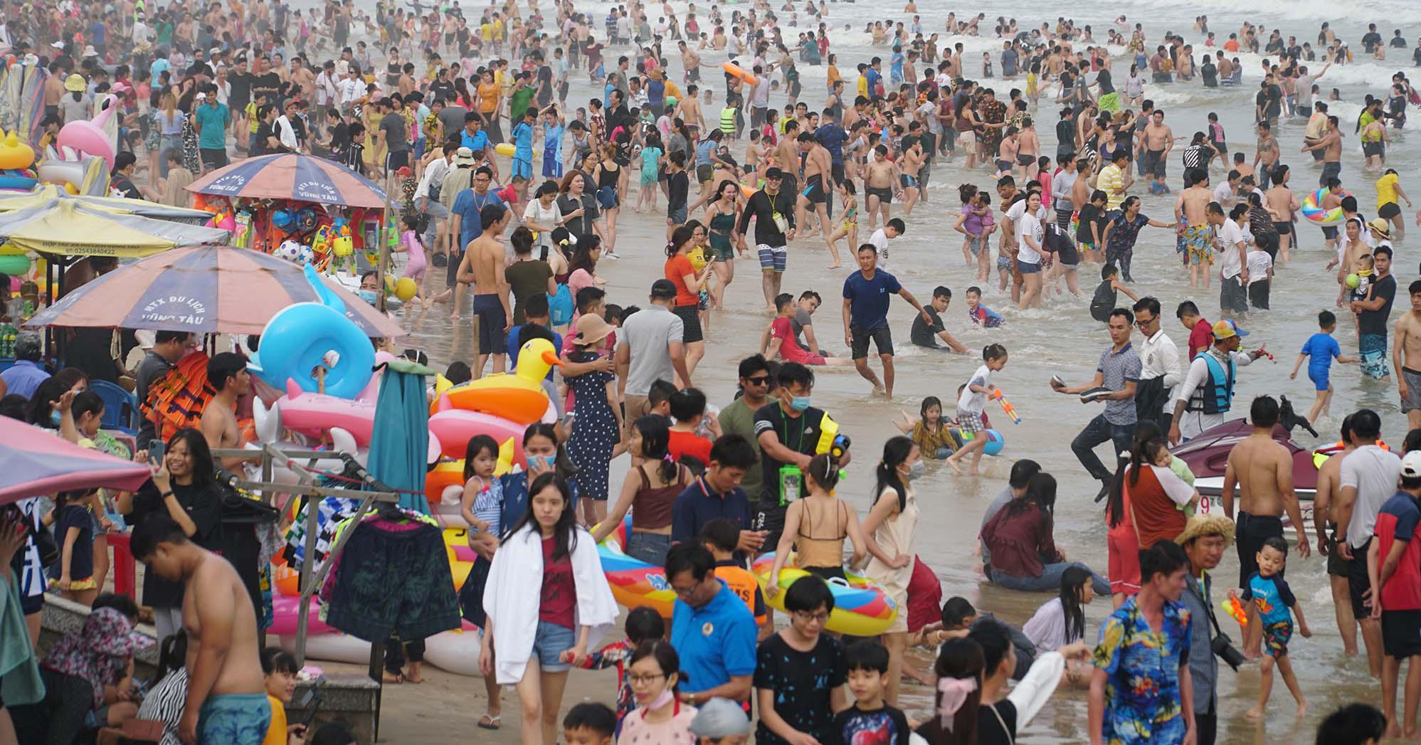 """Du lịch Vũng Tàu ngày 4/4: Hàng nghìn du khách đổ về bãi biển, cửa hàng """"Gốc Vú Sữa"""", """" Cô Ba"""" - Ảnh 5."""
