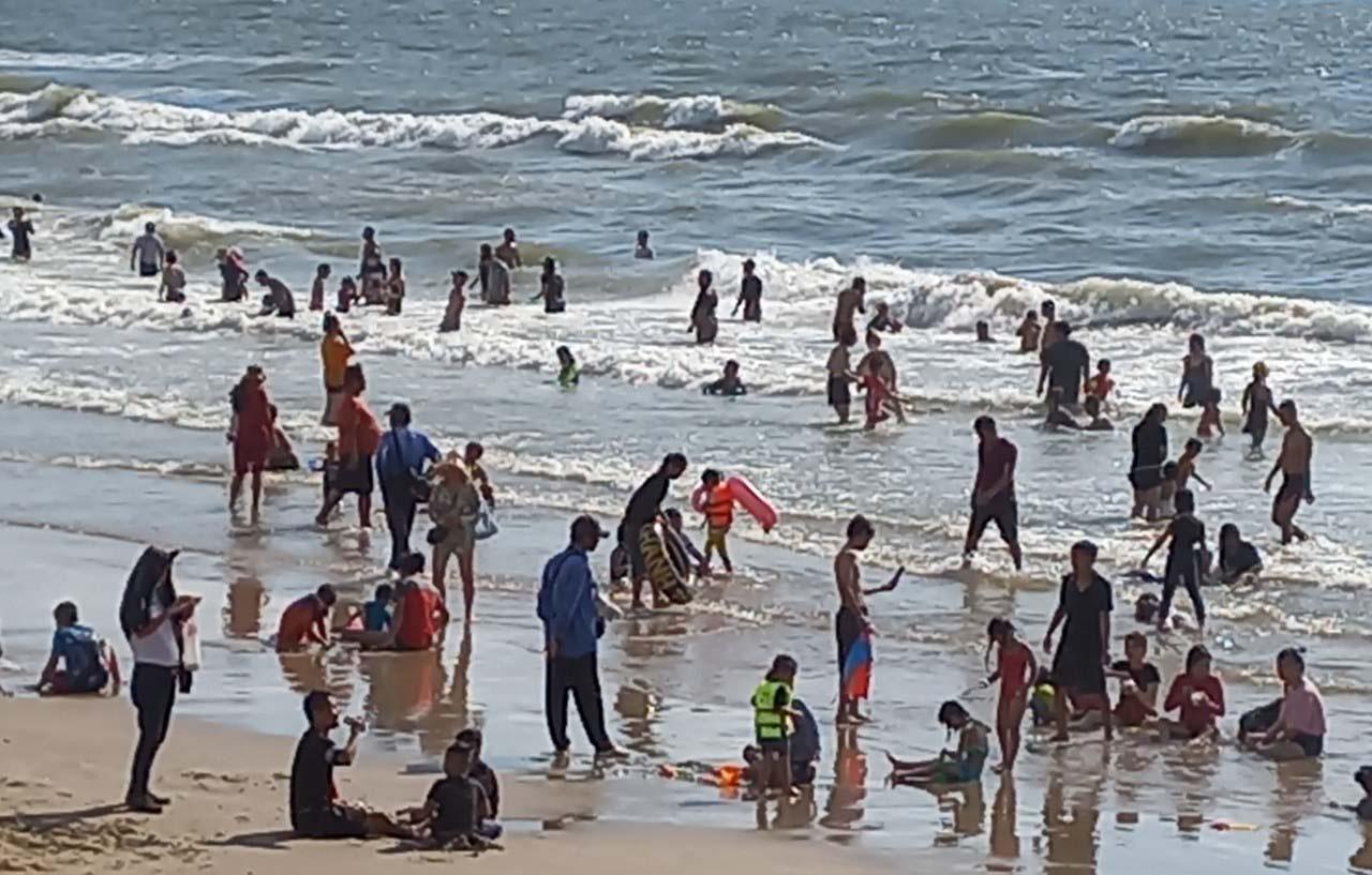 """Du lịch Vũng Tàu ngày 4/4: Hàng nghìn du khách đổ về bãi biển, cửa hàng """"Gốc Vú Sữa"""", """" Cô Ba"""" - Ảnh 2."""