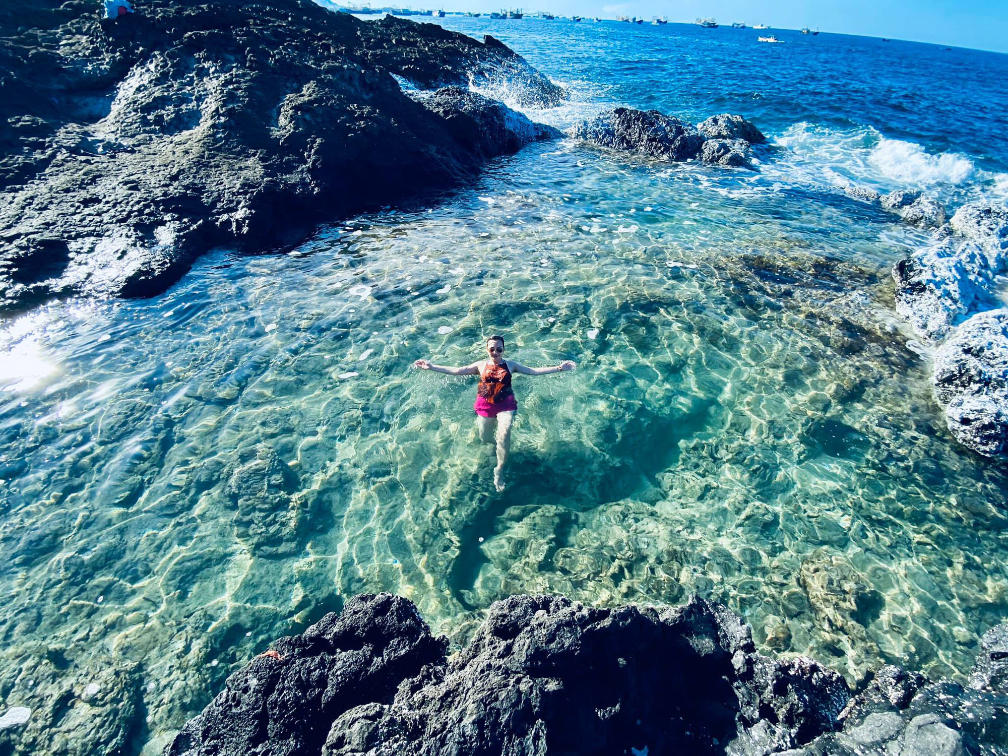 Bình Thuận: Hồ bơi tự nhiên nổi trên biển đẹp như trời Âu  - Ảnh 1.