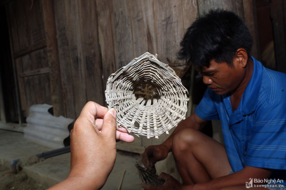 Nghệ An: Thợ săn con vừa trơn vừa nhớt tiết lộ bí kíp làm thứ mồi bẫy cực nhạy, không cho lươn thoát - Ảnh 3.