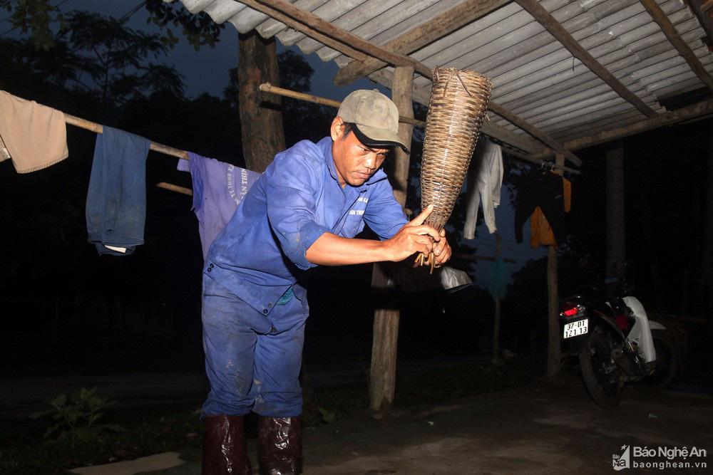 Nghệ An: Thợ săn con vừa trơn vừa nhớt tiết lộ bí kíp làm thứ mồi bẫy cực nhạy, không cho lươn thoát - Ảnh 8.