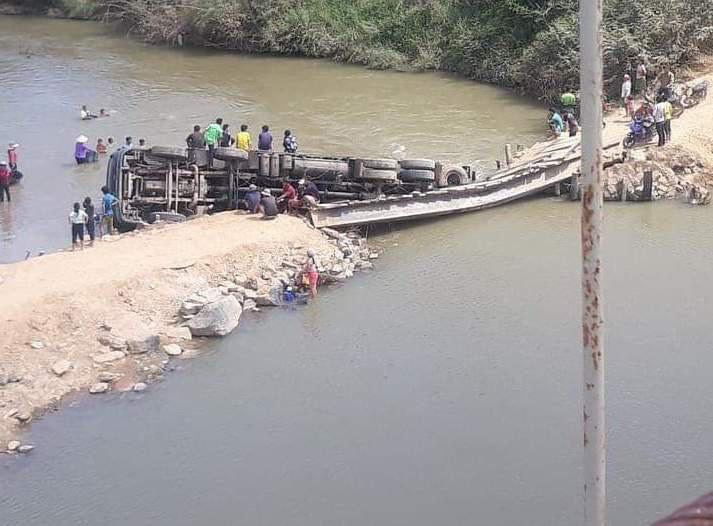Xe chở quá tải làm sập cầu, rơi xuống sông Krông Bông - Ảnh 1.