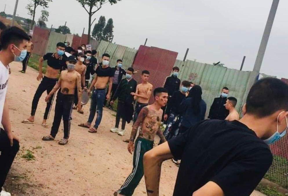 Nhóm thanh niên bị tấn công bằng phân trâu, bò - Ảnh 1.
