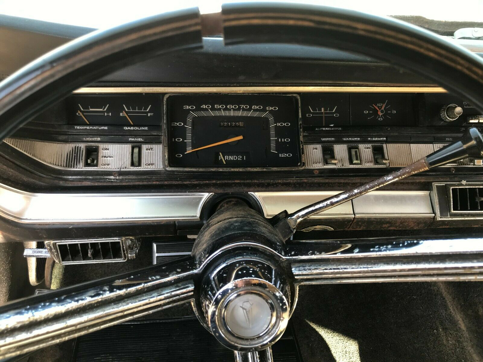 Plymouth Sport Fury 1967 nguyên bản được tìm thấy trong chuồng gà sau 20 năm - Ảnh 4.