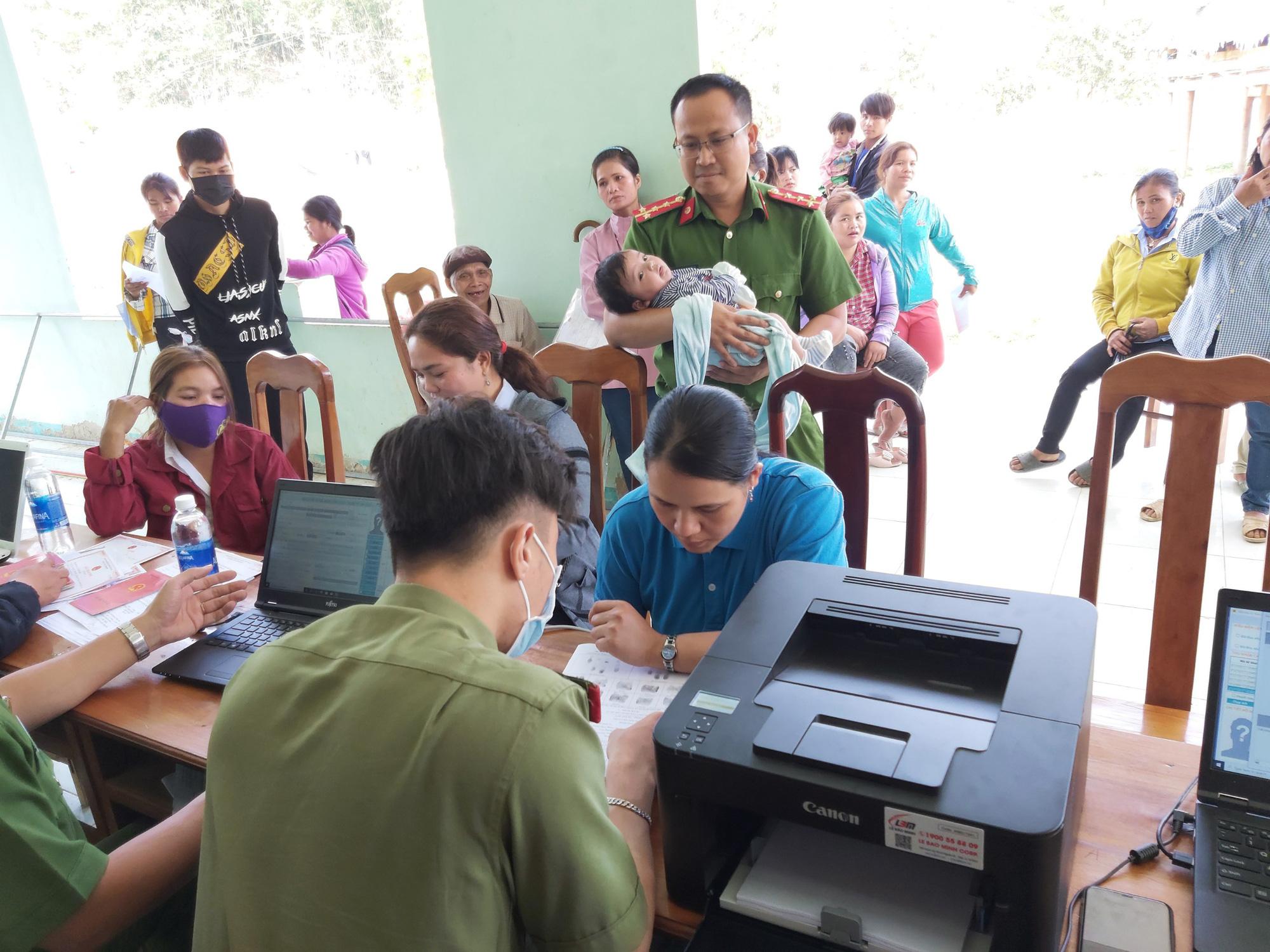 Quảng Nam: Băng rừng, lội suối để làm căn cước công dân ở vùng biên giới   - Ảnh 1.