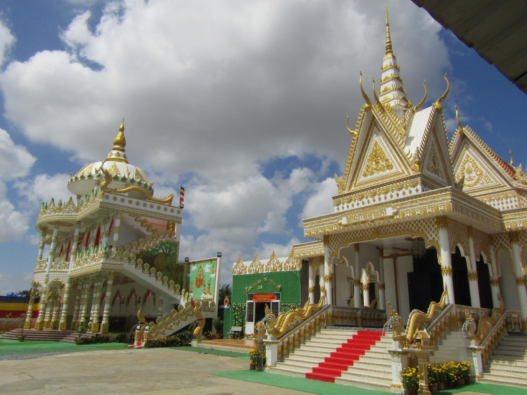 """Độc đáo ngôi chùa """"Thái Lan"""" đang sốt rần rần ở tỉnh Sóc Trăng - Ảnh 4."""