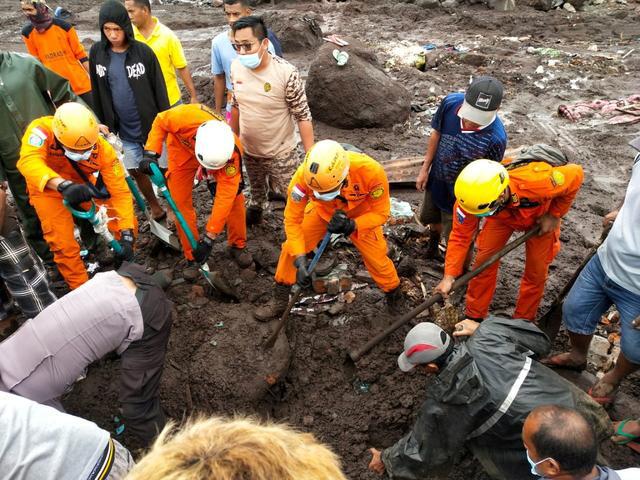 Lực lượng cứu hộ truy tìm những người còn sống sót sau trận lốc xoáy kinh hoàng ở Indonesia - Ảnh 4.