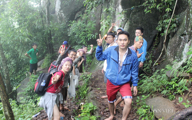 Một nhóm bạn trẻ khám phá núi Bà Đen bằng đường bộ