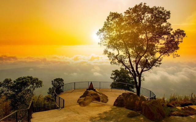 Đỉnh núi Bà Đen huyền ảo giữa mây trời