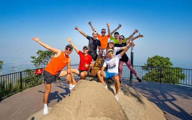 Các vận động viên chạy bộ chinh phục đỉnh núi Bà Đen