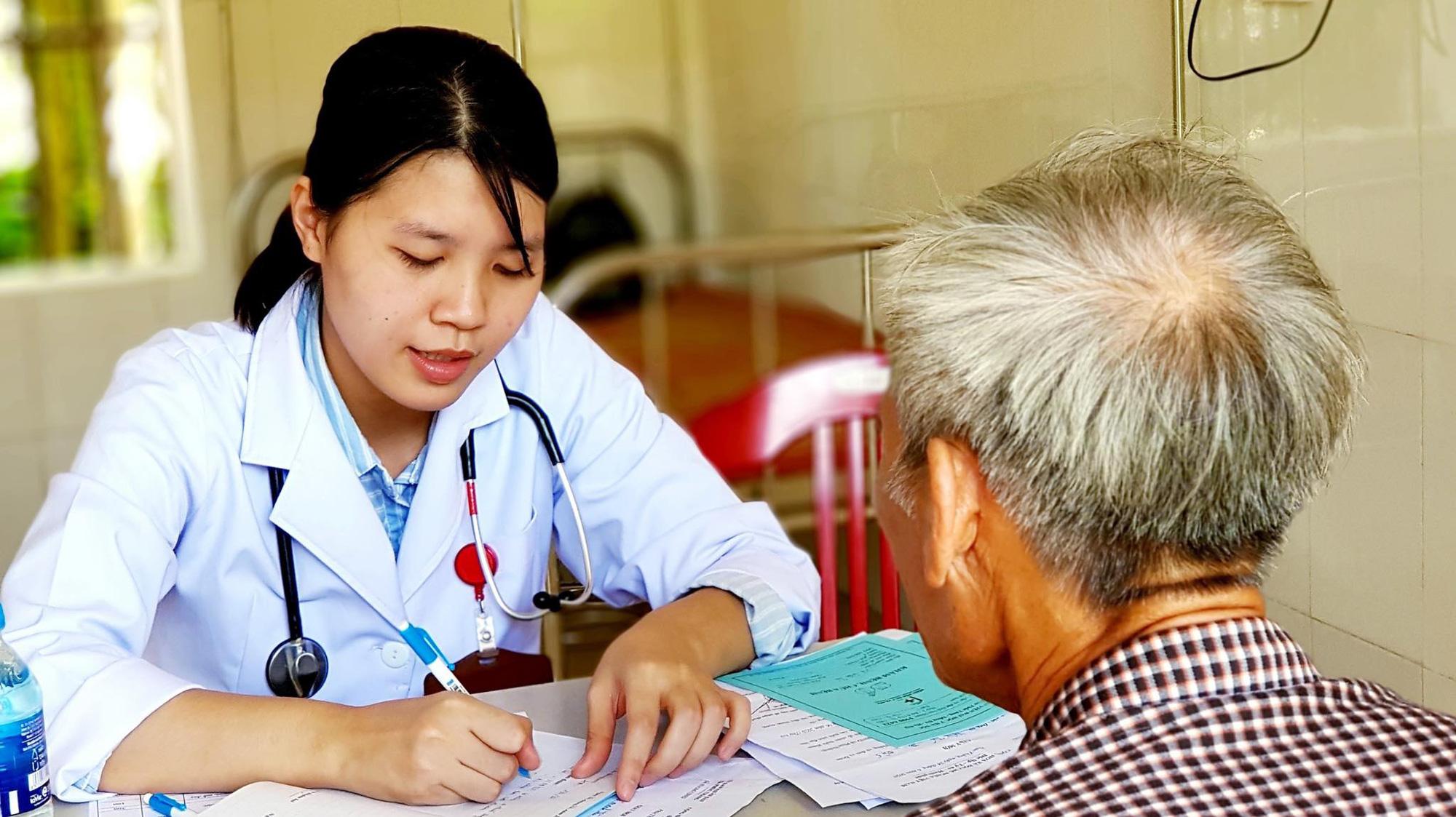 Cần tăng mức đóng bảo hiểm y tế để giảm tiền túi của người dân - Ảnh 2.