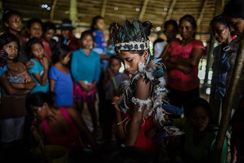 Kỳ lạ hoá trang thành quỷ, dương vật chạm khắc của bộ tộc Tikuna trong đêm nghi lễ này - Ảnh 3.