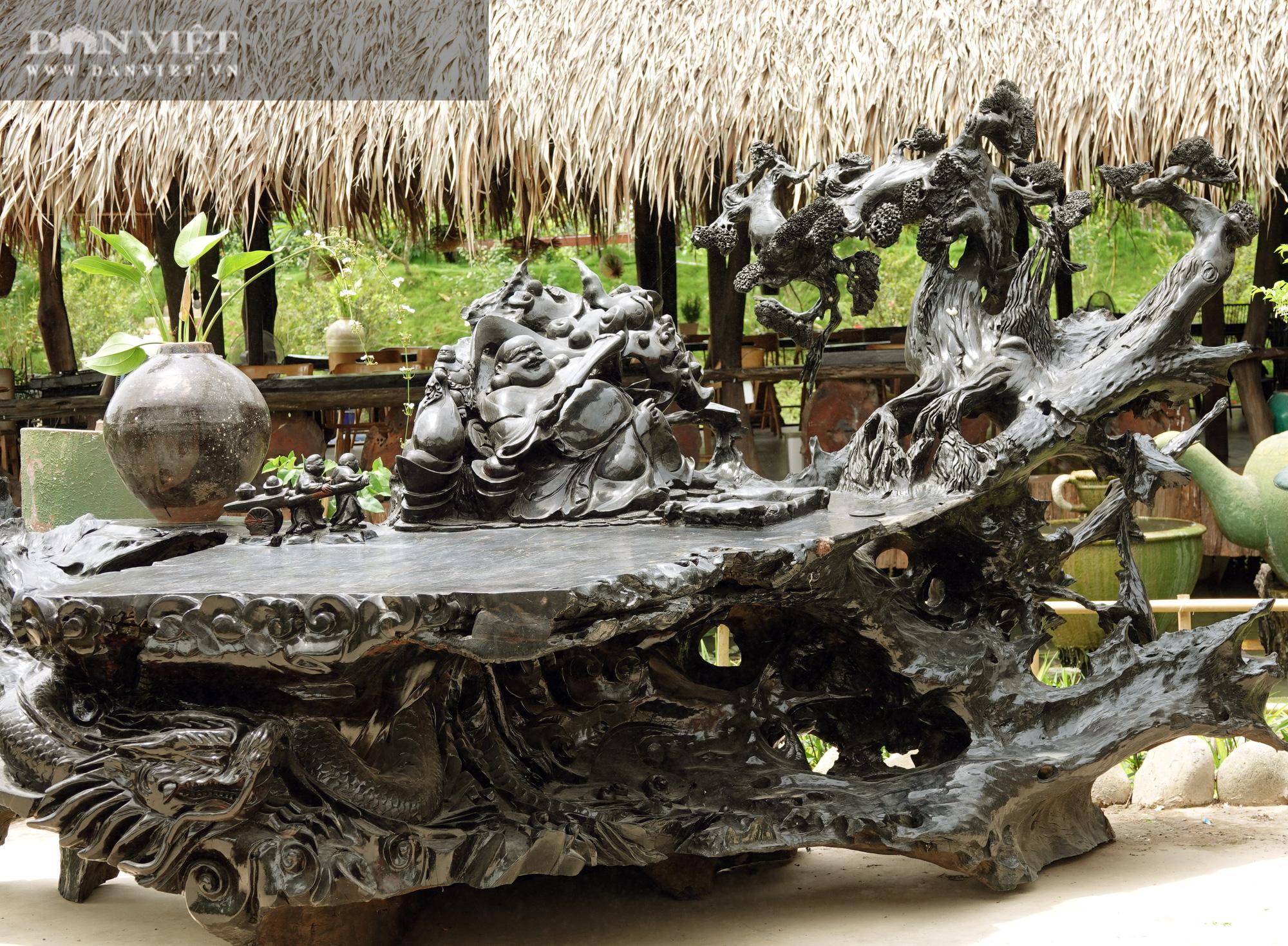 Bộ sưu tập tượng khủng làm từ những khúc gỗ quý hiếm bị chôn vùi dưới lòng sông hàng trăm năm  - Ảnh 5.