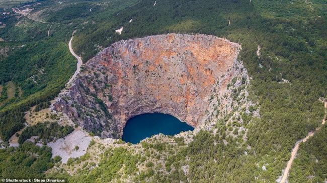 """Những """"hố tử thần"""" đẹp nhất thế giới nằm ở khu vực nào? 2-1617851050815974477330"""