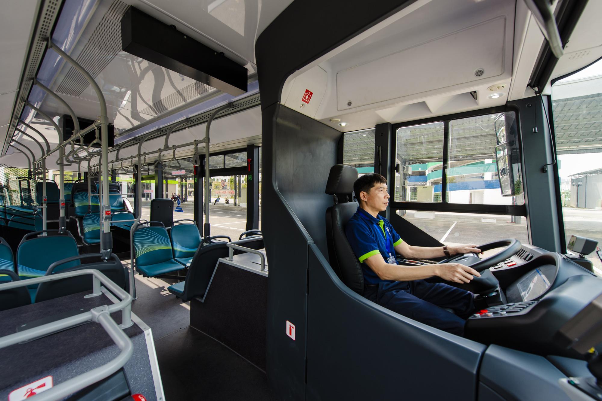 Cận cảnh xe buýt điện VinFast lăn bánh tại Hà Nội, có gì đặc biệt? - Ảnh 4.