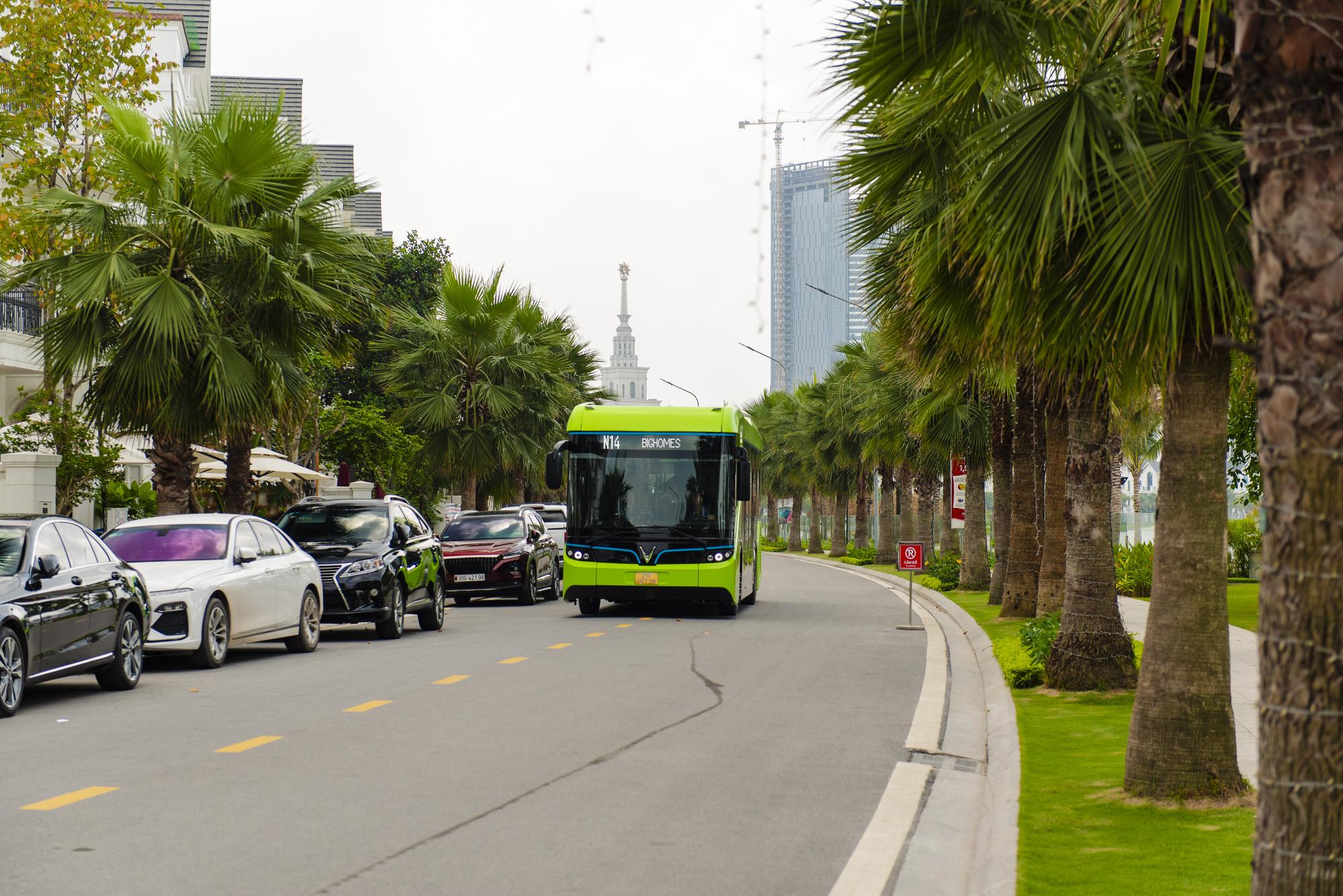 Cận cảnh xe buýt điện VinFast lăn bánh tại Hà Nội, có gì đặc biệt? - Ảnh 1.