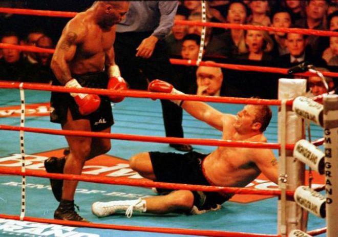 Mike Tyson và màn chào sân đáng sợ nhất trong lịch sử quyền Anh - Ảnh 1.