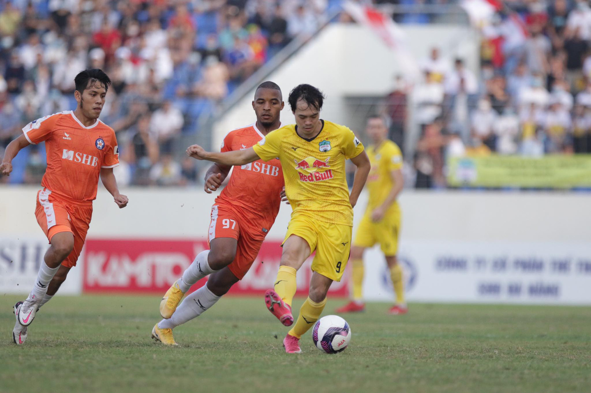 Văn Toàn ghi bàn mở tỷ số cho HAGL trước chủ nhà SHB.Đà Nẵng ở vòng 8 V.League 2021. Ảnh: 24h