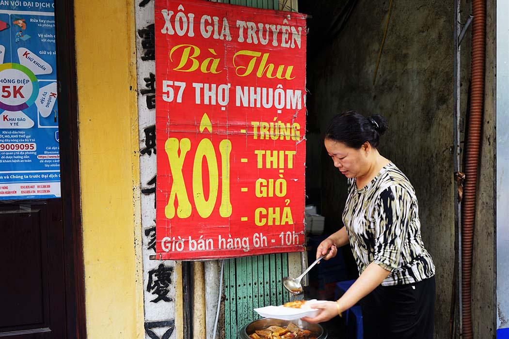 Hà Nội: Xôi bà Thu có gì hấp dẫn mà bán 300 bát thu về 17 triệu mỗi ngày - Ảnh 1.