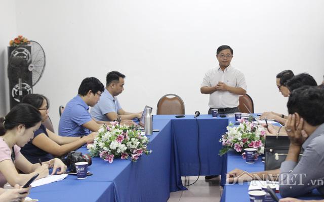TS. Đào Minh Sô (đứng) giới thiệu giống lúa màu SR20