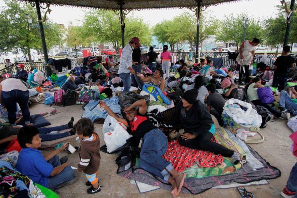 Bất chấp tuyên bố của ông Biden, hầu hết các gia đình nhập cư trái phép không bị trục xuất về Mexico - Ảnh 2.