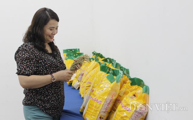 Khách hàng tìm hiểu sản phẩm từ giống lúa màu SR20