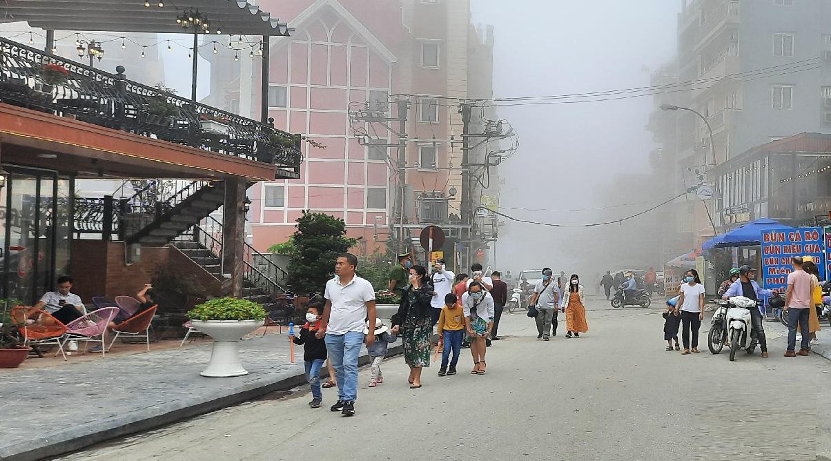 Thị trấn Tam Đảo (Vĩnh Phúc): Du khách còn chủ quan trong phòng chống dịch Covid 19 - Ảnh 9.
