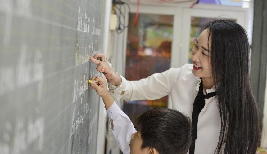 """Cô giáo xinh như hot girl gây """"sốt"""" mạng khi chụp ảnh căn cước công dân - Ảnh 2."""