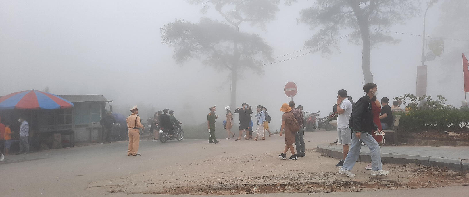Thị trấn Tam Đảo (Vĩnh Phúc): Du khách còn chủ quan trong phòng chống dịch Covid 19 - Ảnh 6.