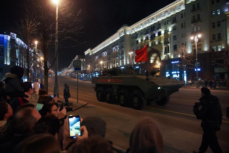 Nga khoe xe tăng, khí tài khi tập dượt cho lễ duyệt binh - Ảnh 10.