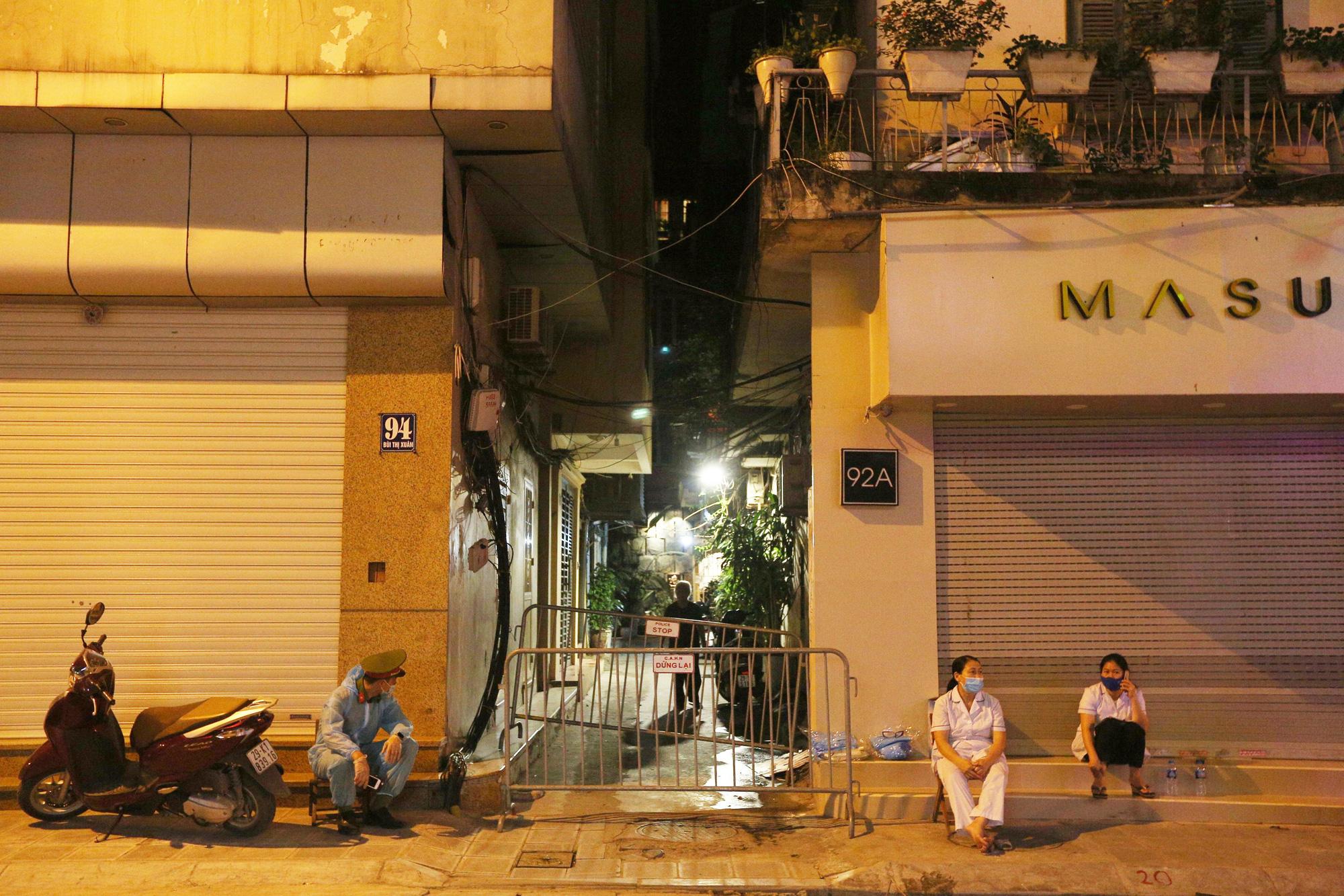Phong toả ngõ trên phố Bùi Thị Xuân sau nhân viên quán bar Sunny nhiễm Covid-19 - Ảnh 3.