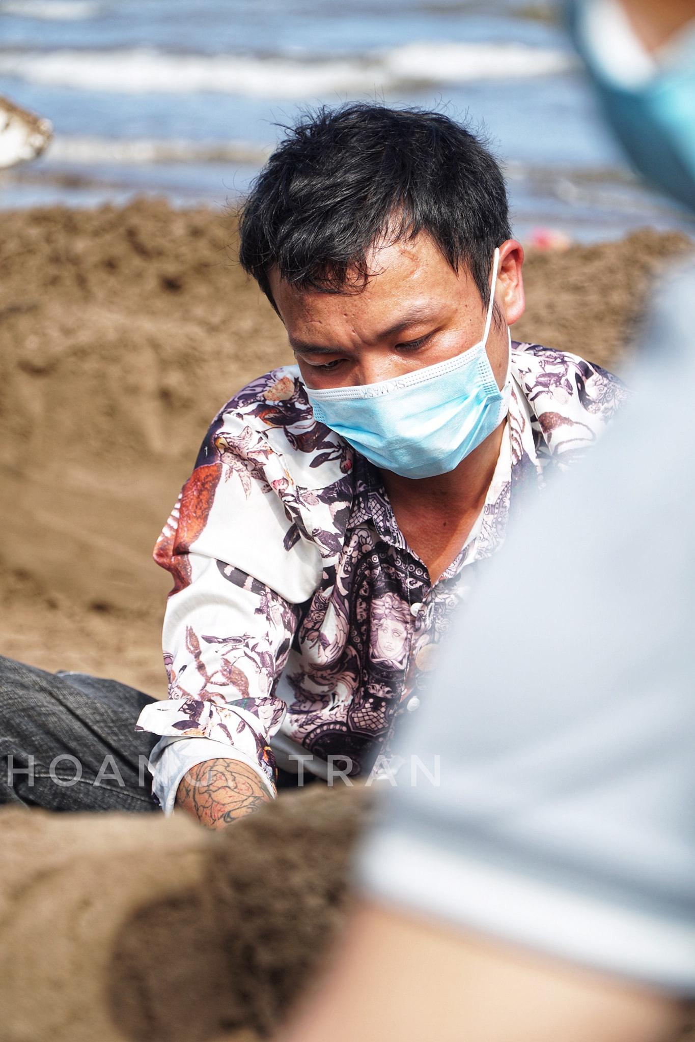 """Nam Định: Độc đáo tác phẩm """"Chúa sẽ che chở cho thế giới thoát khỏi đại dịch Covid-19"""" trên bãi biển - Ảnh 8."""