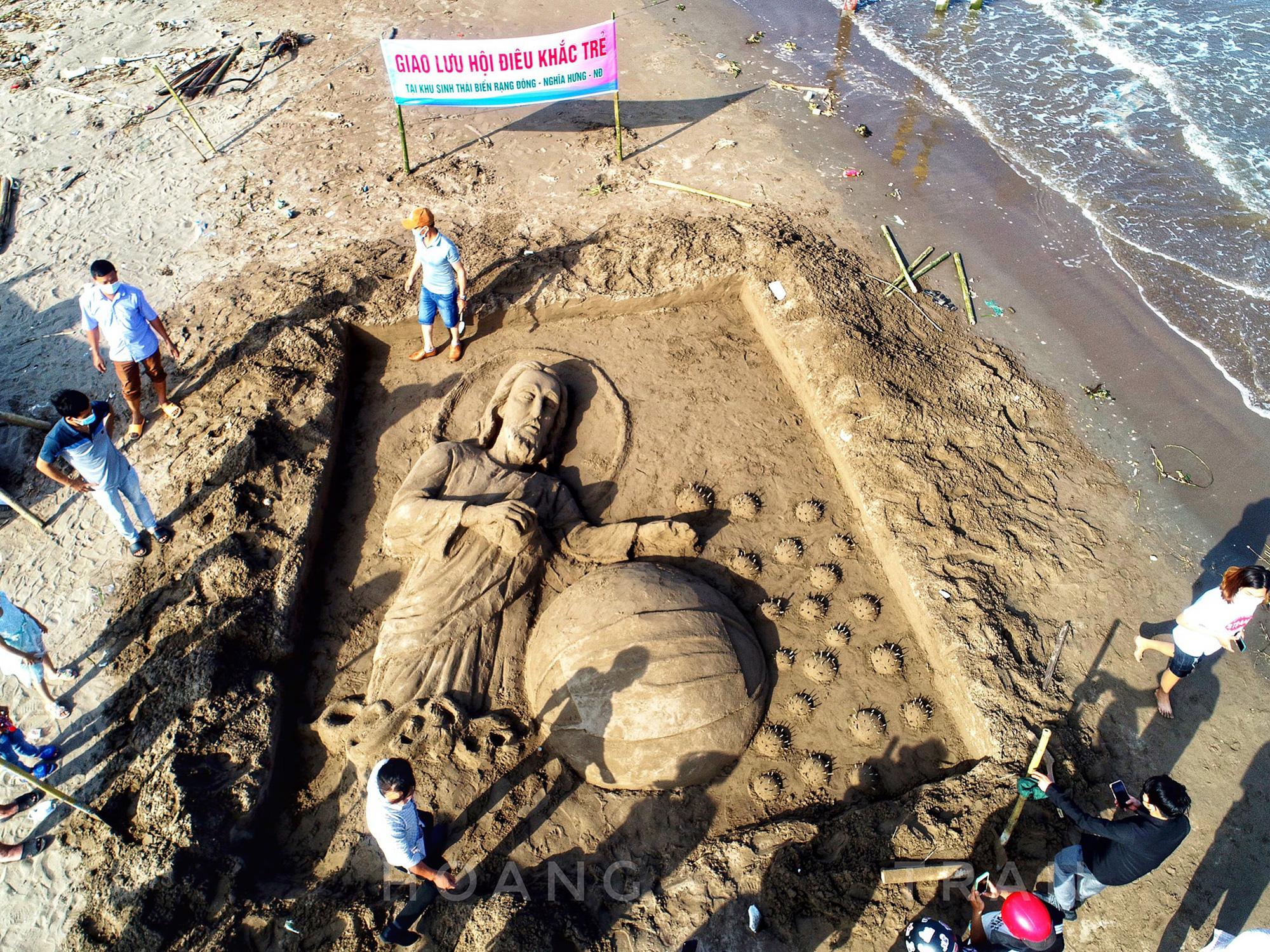"""Nam Định: Độc đáo tác phẩm """"Chúa sẽ che chở cho thế giới thoát khỏi đại dịch Covid-19"""" trên bãi biển - Ảnh 3."""