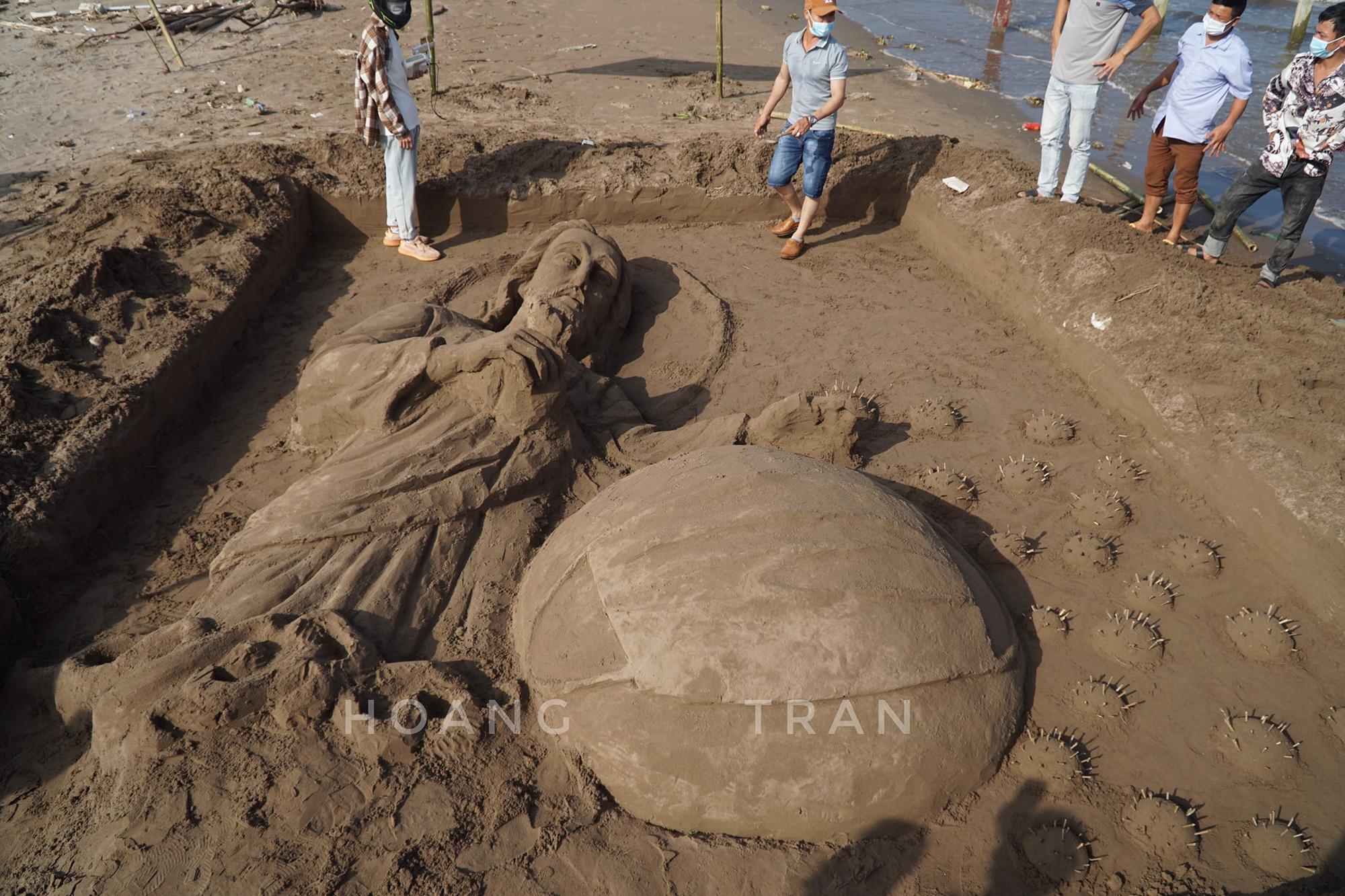 """Nam Định: Độc đáo tác phẩm """"Chúa sẽ che chở cho thế giới thoát khỏi đại dịch Covid-19"""" trên bãi biển - Ảnh 10."""