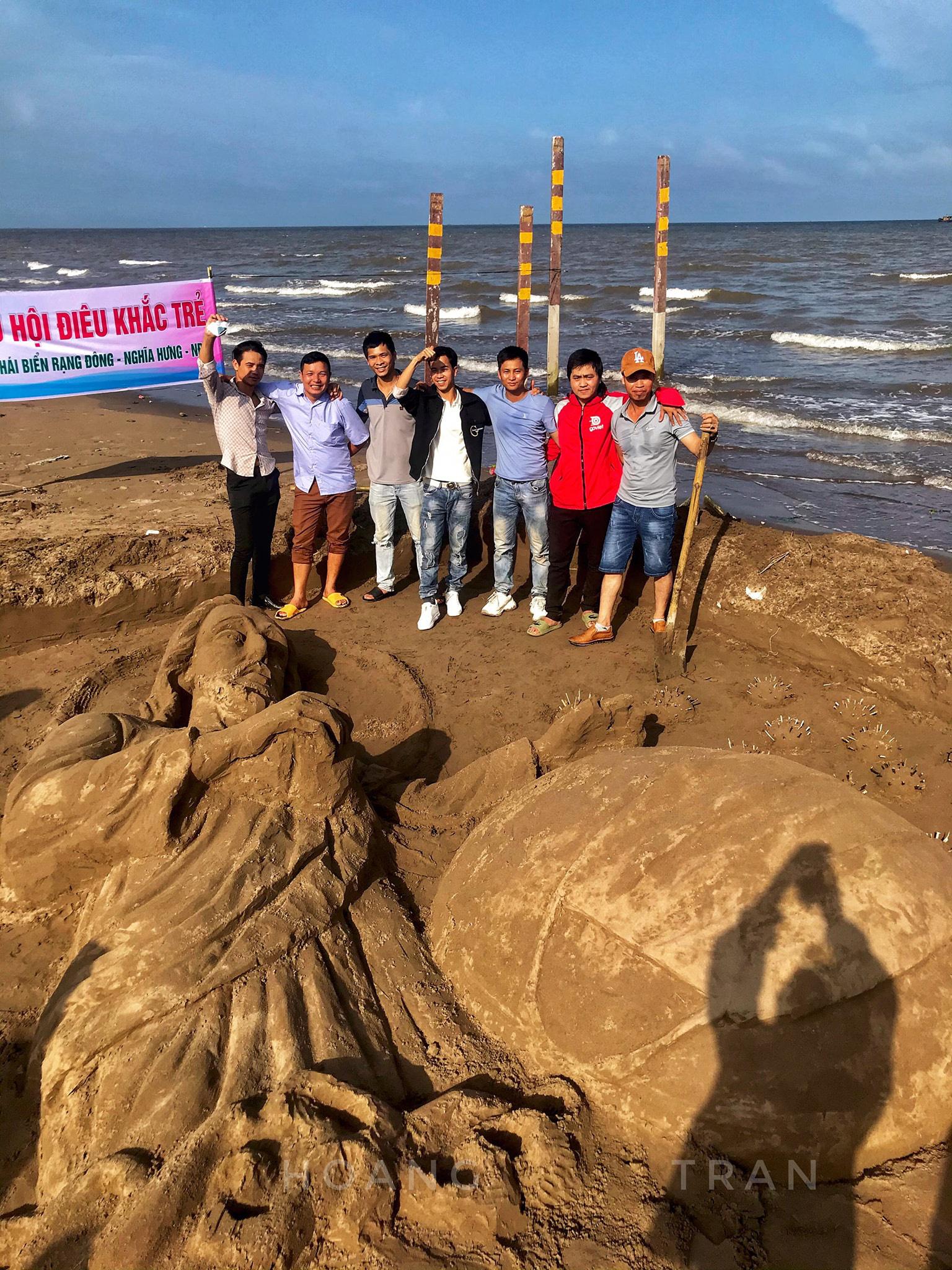"""Nam Định: Độc đáo tác phẩm """"Chúa sẽ che chở cho thế giới thoát khỏi đại dịch Covid-19"""" trên bãi biển - Ảnh 1."""