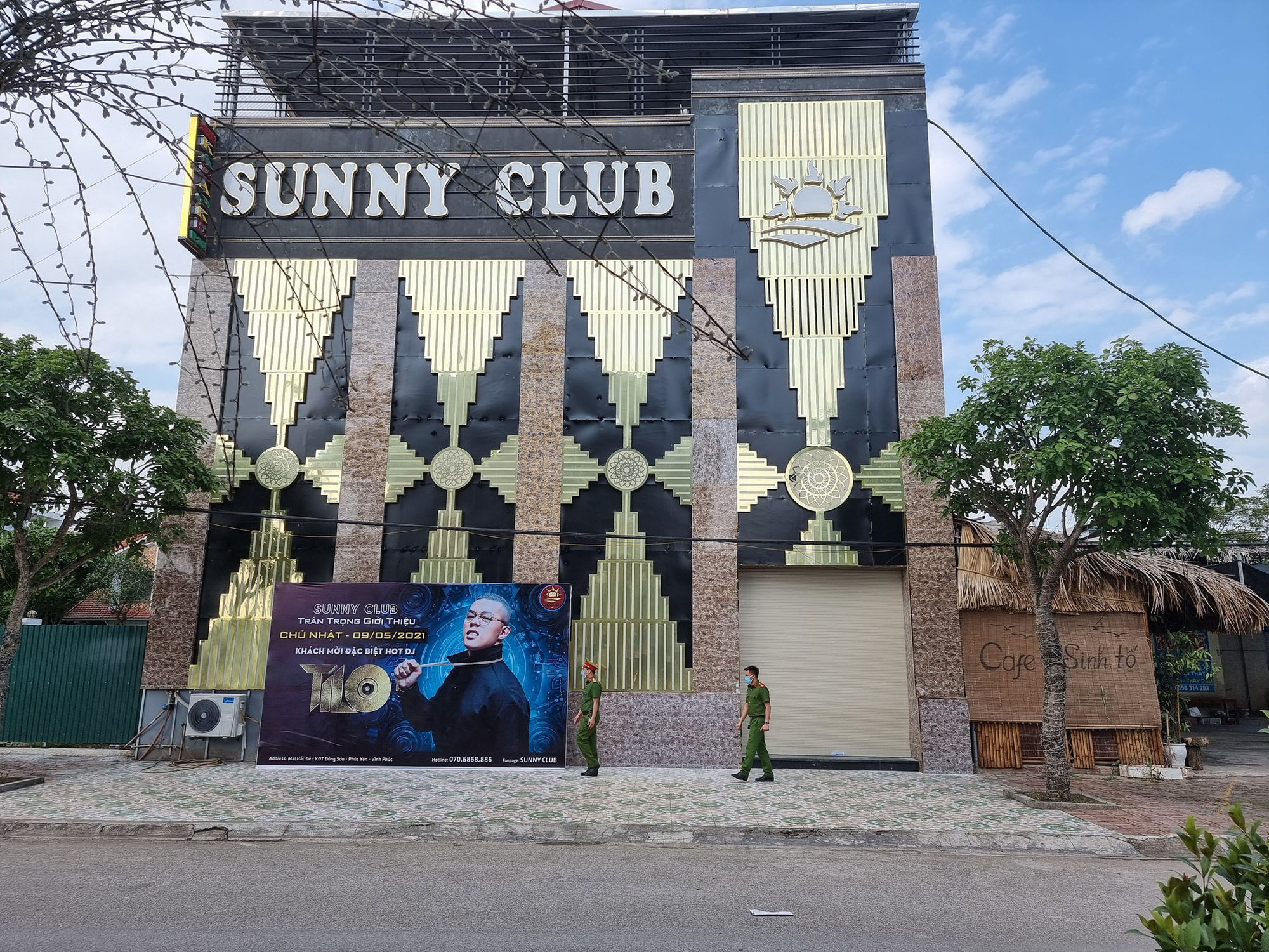 Phong toả ngõ trên phố Bùi Thị Xuân sau nhân viên quán bar Sunny nhiễm Covid-19 - Ảnh 1.
