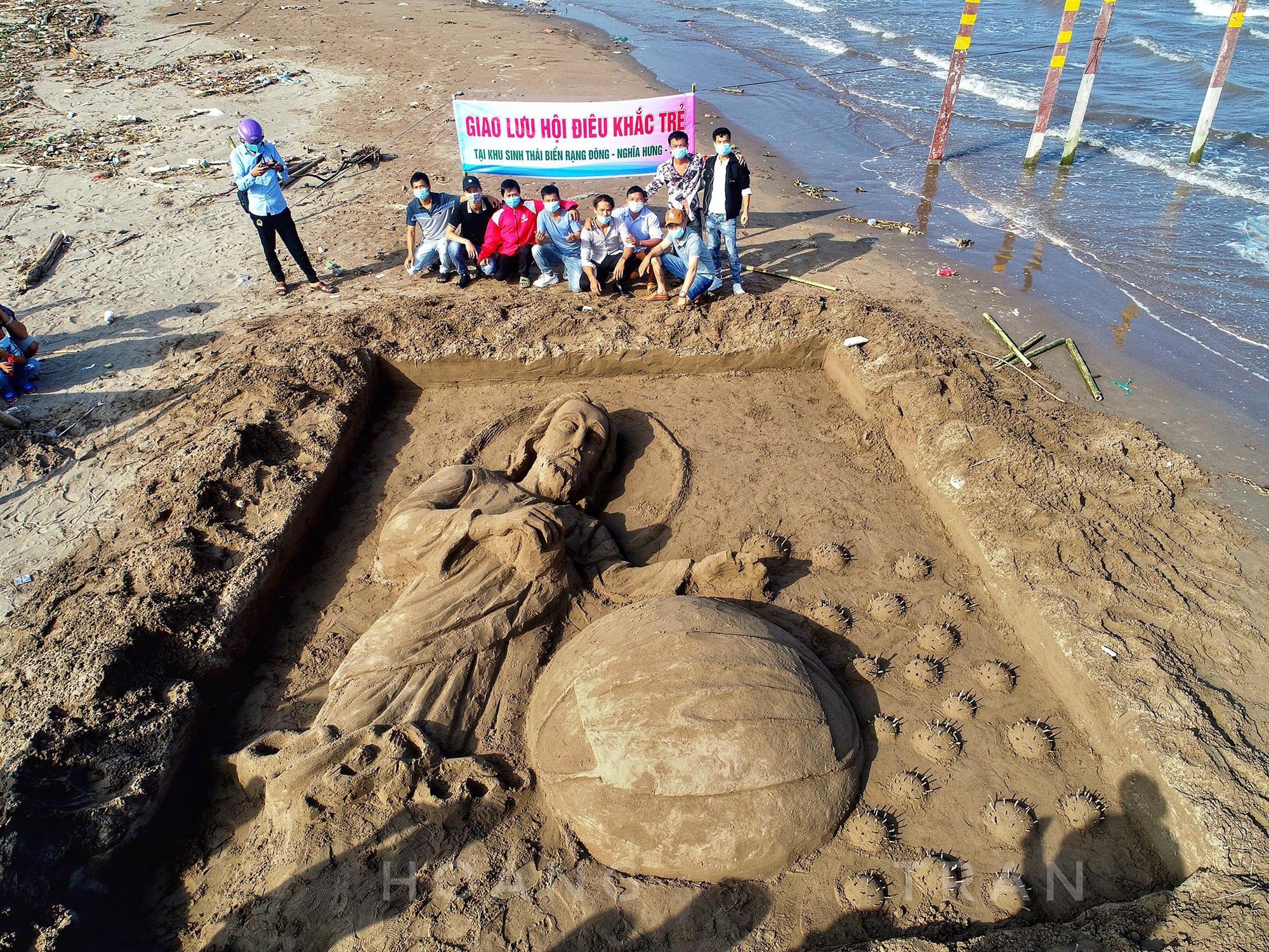 """Nam Định: Độc đáo tác phẩm """"Chúa sẽ che chở cho thế giới thoát khỏi đại dịch Covid-19"""" trên bãi biển - Ảnh 11."""