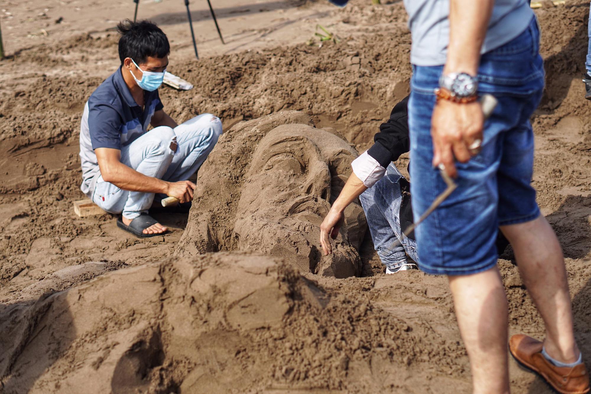 """Nam Định: Độc đáo tác phẩm """"Chúa sẽ che chở cho thế giới thoát khỏi đại dịch Covid-19"""" trên bãi biển - Ảnh 4."""
