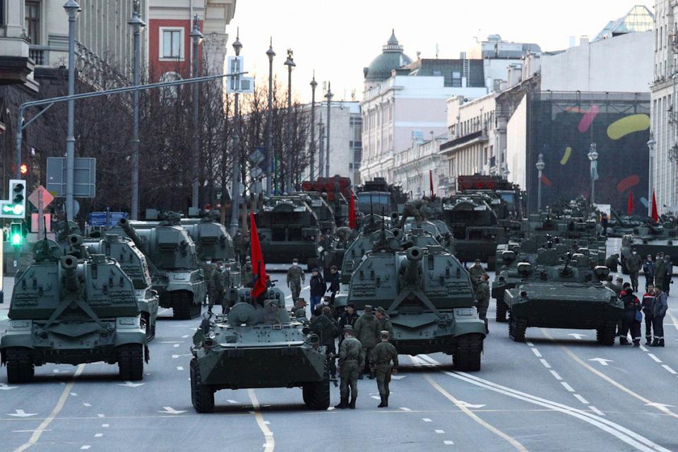 Nga khoe xe tăng, khí tài khi tập dượt cho lễ duyệt binh - Ảnh 2.