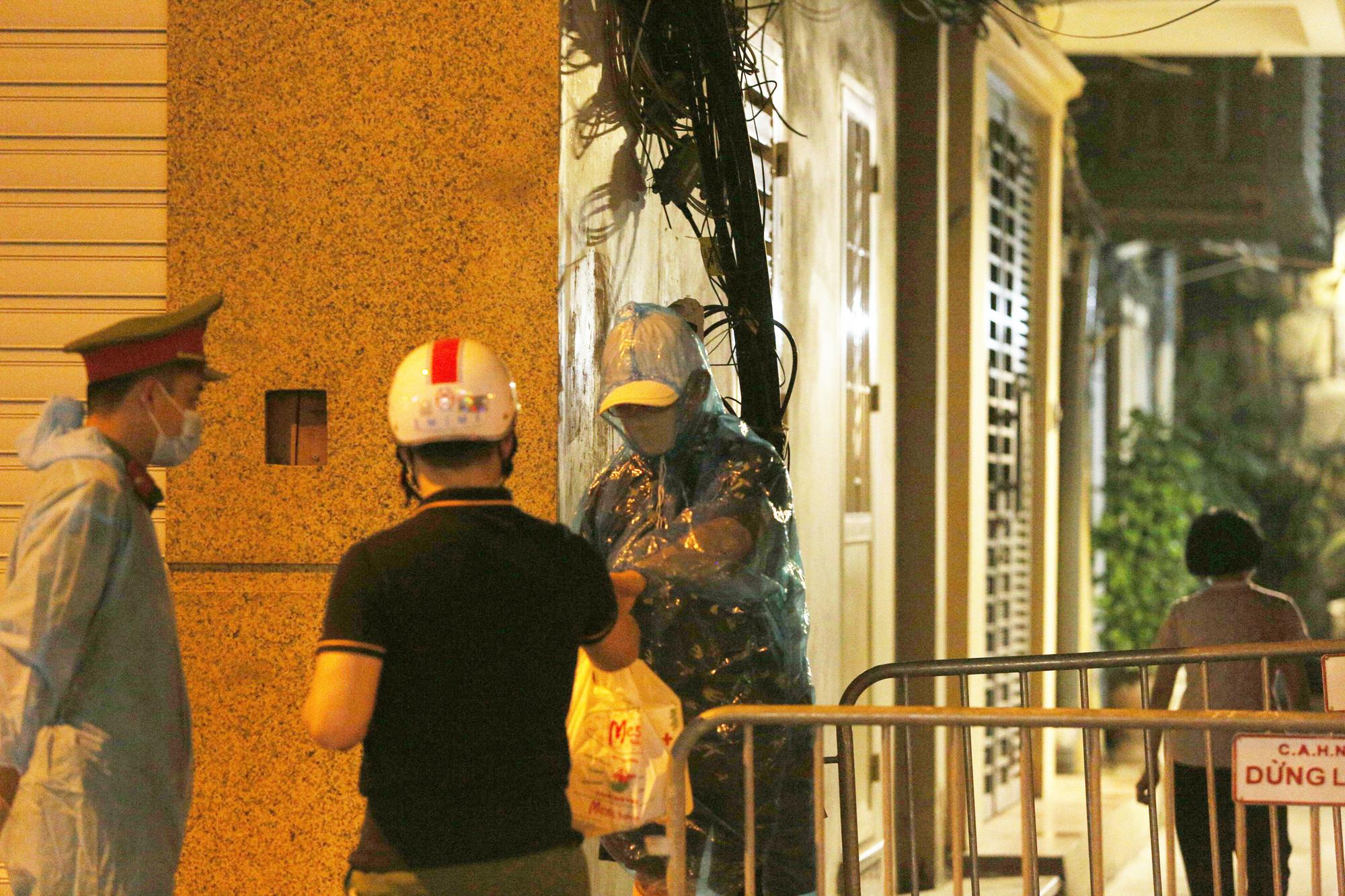 Phong toả ngõ trên phố Bùi Thị Xuân sau nhân viên quán bar Sunny nhiễm Covid-19 - Ảnh 4.