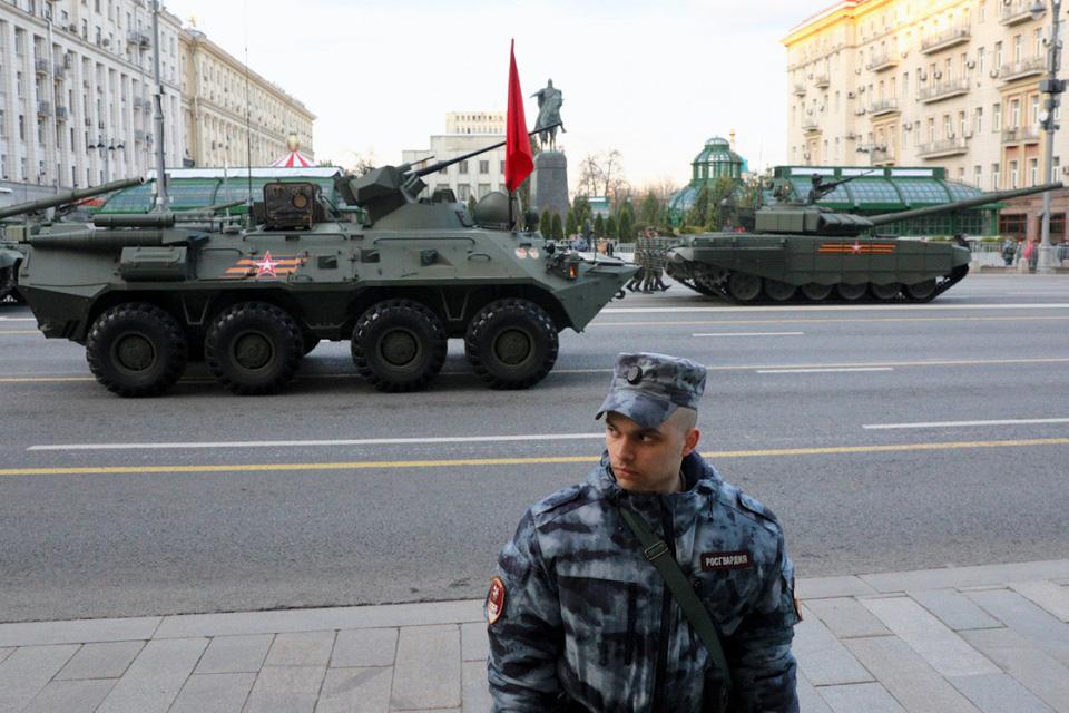Nga khoe xe tăng, khí tài khi tập dượt cho lễ duyệt binh - Ảnh 3.
