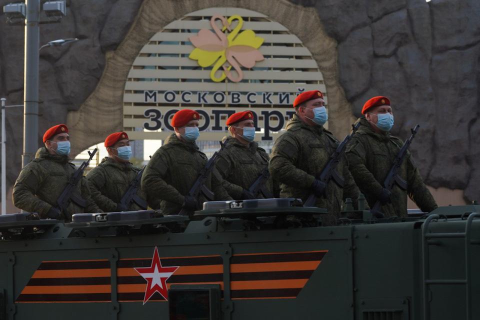 Nga khoe xe tăng, khí tài khi tập dượt cho lễ duyệt binh - Ảnh 6.