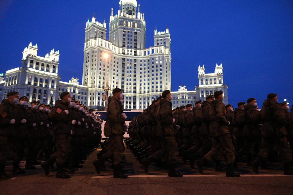 Nga khoe xe tăng, khí tài khi tập dượt cho lễ duyệt binh - Ảnh 8.