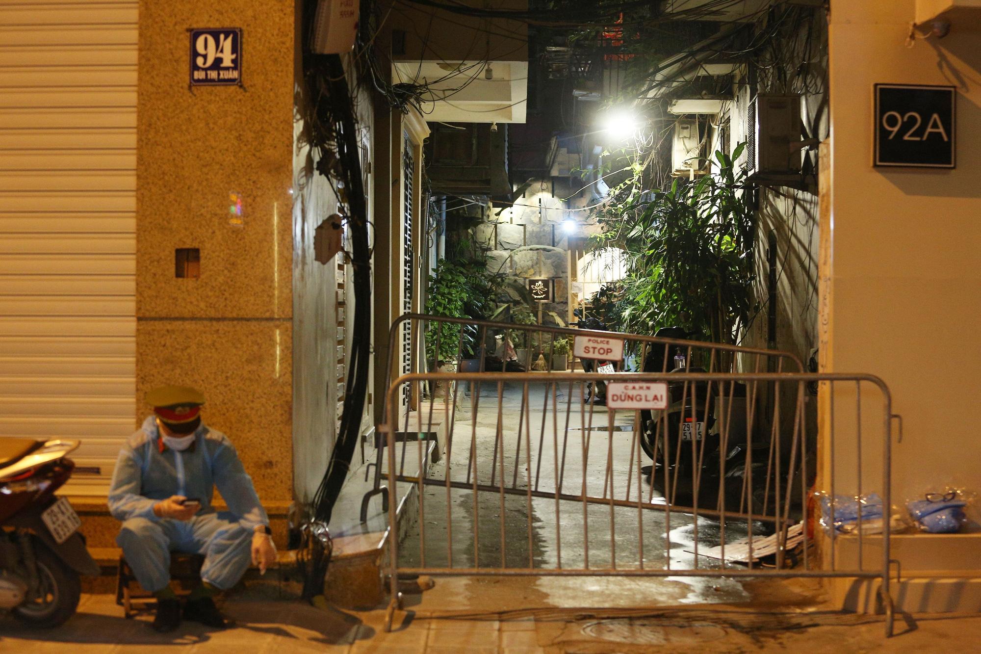 Phong toả ngõ trên phố Bùi Thị Xuân sau nhân viên quán bar Sunny nhiễm Covid-19 - Ảnh 2.